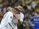 JSI PAŠÁK. Anglický obránce John Terry (vzadu) blahopřeje Waynemu Rooneymu ke