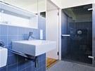 Sou��st� koupelny rodi�� je i sprchov� kout a mal� sauna. Matn� �ed� obklad