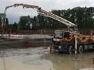 Stavbě olomoucké Galerie Šantovka nyní dominuje betonování. Domíchávačů se tu...