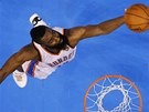 TO P�JDE. James Harden z Oklahoma City Thunder se ve druh�m fin�le NBA bodov�