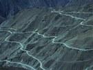 Silnice v údolí �eky Nu �iang, Tibet. Odlehlé, více ne� 300 km dlouhé, drsné...
