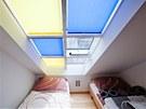 Elektricky ovl�dan� jsou nejen st�e�n� okna, ale i st�n�c� rolety.