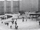 """Zimní radovánky ve vnitřním prostoru """"rondelu"""" na Lužinách, 1988."""