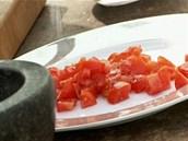 Rajčata předem osolte a opepřete.