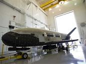 Miniraketoplán X-37B po přistání 16.6.2012 a odtažení do hangáru.