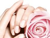 Pravidelná péče o nehty, jejich okolí a ruce se vyplatí a nezabere spoustu času, stačí pár minut.