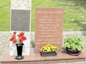 Josef Val��k a dal�� �lenov� jeho rodiny maj� ve Smolin� pam�tn�k. Je postaven�