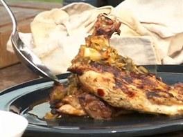 Nakonec kuře přelijeme převařenou marinádou.