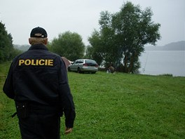 Policie kontroluje i rybáře, kteří přes zákaz parkují až u vody.