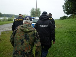 Porybné často doprovázejí policisté, protože někteří rybáři pod vlivem alkoholu