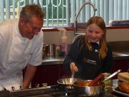 Malá Martha Payneová si přišla vyzkoušet školu vaření kuchaře Nicka Naima.