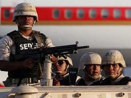 Mexi�t� voj�ci na leti�ti p�� p��letu delegac� na summit G-20 v Los Cabos, 17.