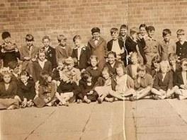 Paul McCartney (zcela vlevo) si na školní fotografii čte komiks
