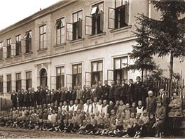 Sn�mek z roku 1928, kdy Josef Val��k chodil do la�novsk� �koly. Na fotografii