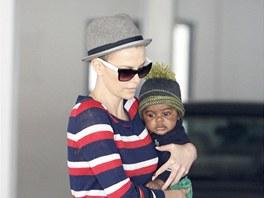 Ostříhaná Charlize Theronová a její syn Jackson (11. června 2012)