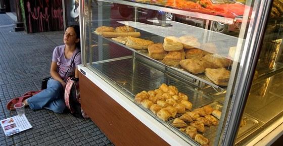 Mlad� �ena �ebr� u peka�stv� v centru At�n.