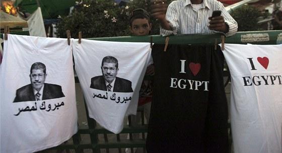 Trička s jasnými nápisy a portréty novopečeného prezidenta symbolizují změnu