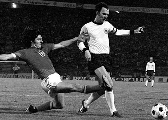 Karol Dobia� v souboji s N�mcem Franzem Beckenbauerem.