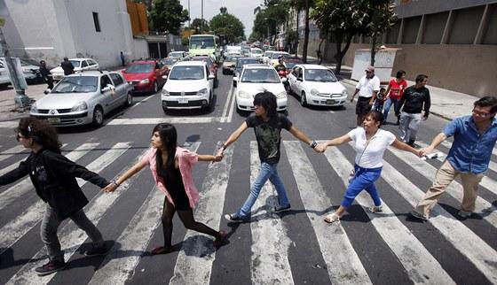 Protest aktivity zvan� Yosoy132 proti prezidentsk�mu kandid�tovi Revolu�n�