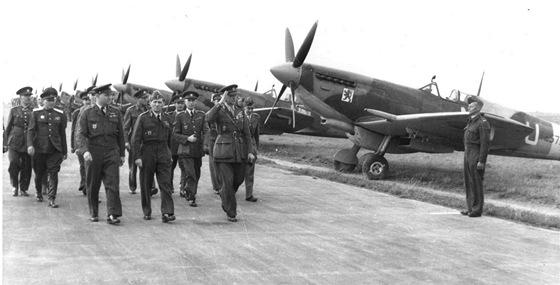 Generál Janoušek (druhý zleva v první řadě) nejvyšší velitel našich letců v RAF