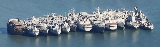 Ponorný dok HMB-1 (zcela vlevo) sloužil nejprve jako skrýš pro zařízení