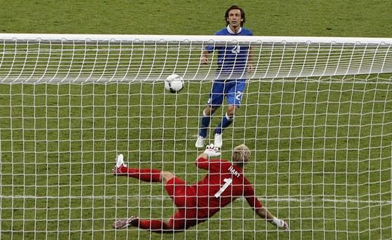 VRŠOVICKÝ DLOUBÁK PO ITALSKU. Andrea Pirlo ve čtvrtfinále Eura vychytrale