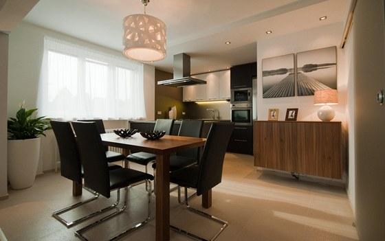 Nová jídelní část má shodnou podlahu s kuchyní (dlažba  Spirit, 45 x 45 cm,