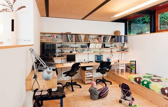 Obývací pokoj je zároveň pracovnou. Výškové členění umožnilo vytvořit   místa
