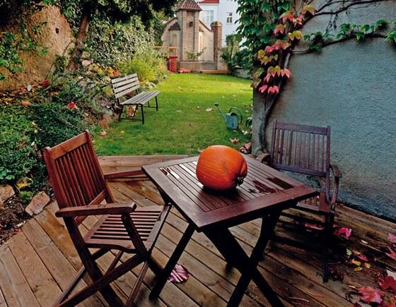 Chloubou malé zahrádky je kaplička vrostlá do zdi zahrady. Pohled na ni,
