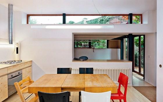 Okno pod stropem z kuchyně přivádí do bytu západní světlo, v létě pak zdobí
