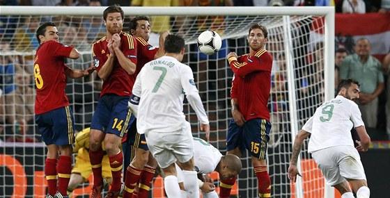 PŘÍMÝ KOP. Cristiano Ronaldo z něj ovšem vystřelil nad.