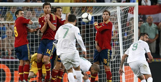 P��M� KOP. Cristiano Ronaldo z n�j ov�em vyst�elil nad.