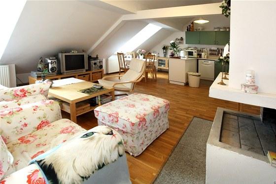 Kuchyn� je spojen� s ob�vac�m pokojem.