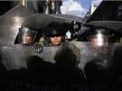 Bolivij�tí policisté se v centru metropole La Paz p�ipravují na st�et s...