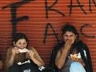 Stoupenkyn� bývalého paraguayského prezidenta Fernanda Luga pojídají ku�ata v...