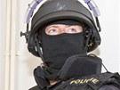 Vchod do jednací síně střežili dva maskovaní a ozbrojení policisté s helmami a