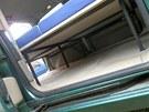 Pod rozloženou postelí je dostatek místa na zavazadla (pohled z boku). Nožičky
