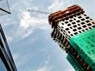 AZ Tower. Vyrůstá z třípodlažního podstavce. Fasáda v přízemí je převážně