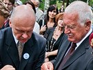 Prezident V�clav Klaus zapaluje putovn� lucernu na 70. v�ro�� vyp�len� Le��k�