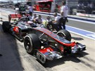 Jenson Button s vozem McLaren v boxech pi tetm trninku Velk ceny Evropy