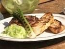 Grilované krůtí bochánky servírujte s okurkovou salsou, grilovanou jarní...