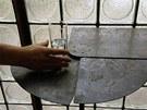 Stolek s pohybliv�mi deskami z kovu je tak� d�lem Pierra Chareua
