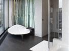 Odpo�ivnou z�nu koupelny dekoruj� bambusov� kmeny, je vybavena leh�tkem Leaf
