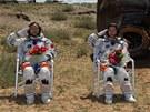Zleva kosmonauti Liu Wang, velitel lodi Jing Haipeng a vpravo první čínská