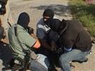 Zásahová jednotka během zatýkání mužů podezřelých z vydírání podnikatele.
