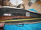 Jedna ze zbraní nalezených u zadržených výrobců drog.