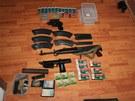 Zbraně a munice nalezené u zadržených výrobců drog.