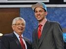 David Stern, komisionář NBA, blahopřeje Austinu Riversovi k pozici v draftu.