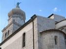 Na špici románské baziliky svatého Kvirina se vyjímá socha anděla s trubkou.