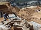 Archeologov� kompletuj� nov� nalezen� kosti v uheln�m dolu v srbsk�m Kostola�i